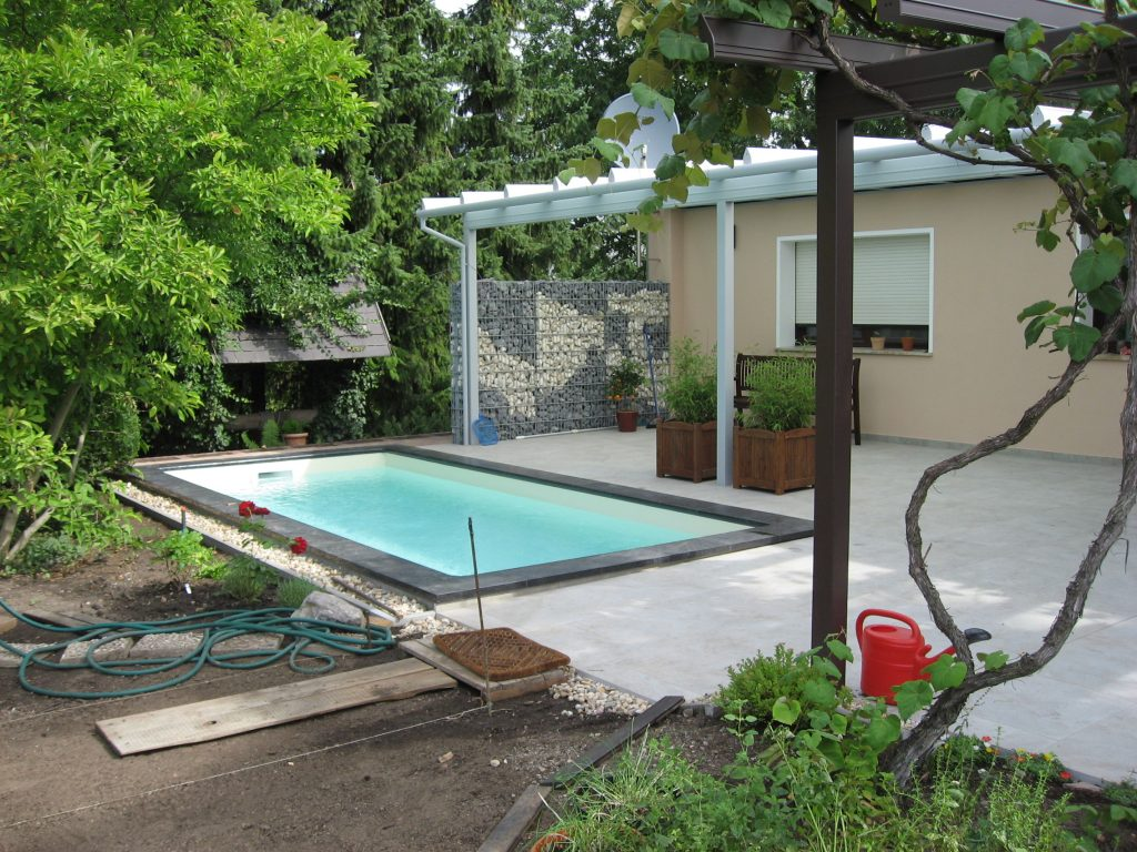 Außenanlage mit Pool und Terrasse